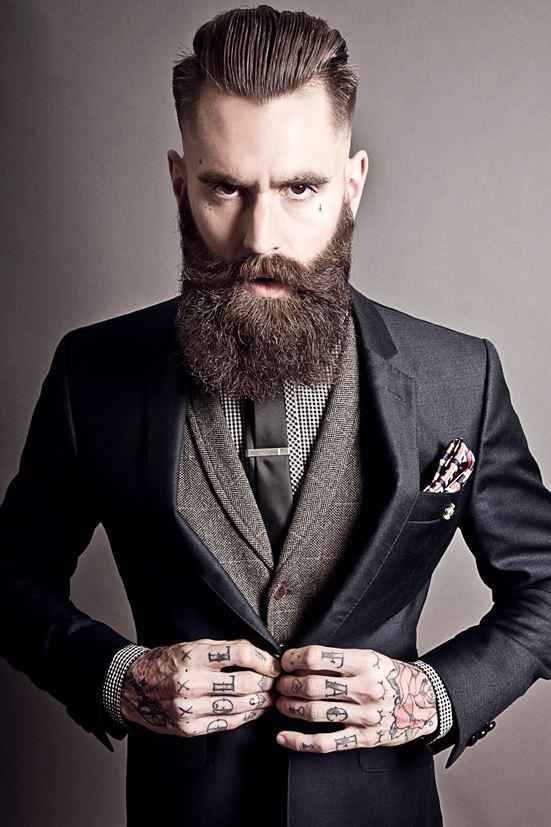 superposition sage avec pince cravate relev e par une pochette un peu bariol e et une allure. Black Bedroom Furniture Sets. Home Design Ideas