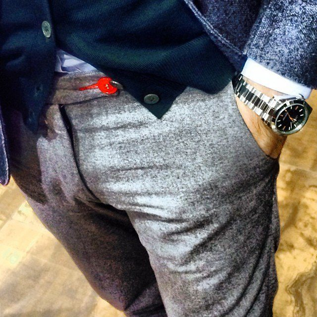 un pantalon en laine baronio avec une touche de couleur qui s int gre bien une tenue. Black Bedroom Furniture Sets. Home Design Ideas