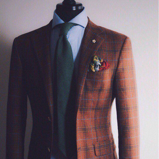 le marron ultra riche de cette veste est parfait pour l automne la chemise bleue ciel fait une. Black Bedroom Furniture Sets. Home Design Ideas