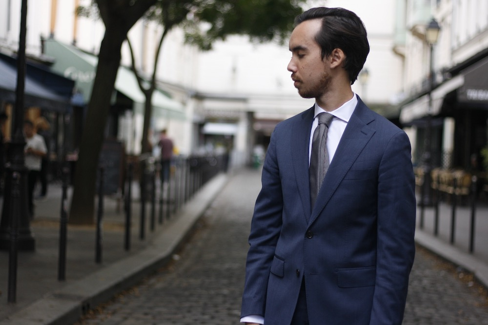 article-cinabre-finitions-cravate-grise-tenue